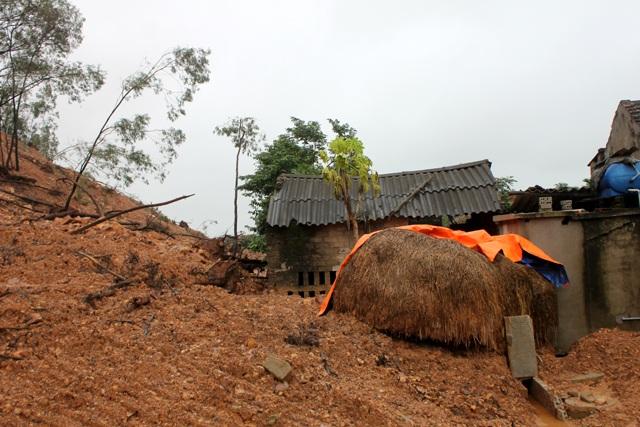 Hàng nghìn khối đất đá tràn xuống, vùi lấp vườn tược và ảnh hưởng trực tiếp đến 1 số công trình của các hộ dân dưới chân núi.