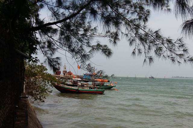 Nhiều tàu đánh cá của thị xã Cửa Lò nằm bờ sau sự cố môi trường biển liên quan đến hoạt động xả thải của Formosa.