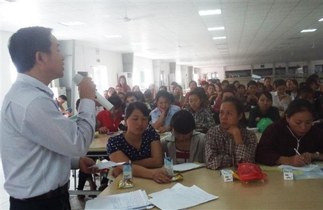 Cán bộ BHXH tỉnh Nghệ An tư vấn về chính sách BHYT, BHXH và BHTN cho công nhân Công ty TNHH BSE.