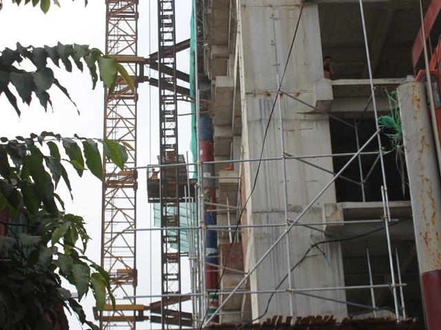 Sáng ngày 15/11, hoạt động thi công tại dự án này vẫn triển khai bình thường dù trước đó lãnh đạo UBND phường Hưng Phúc đã khẳng định tạm đình chỉ thi công công trình này.