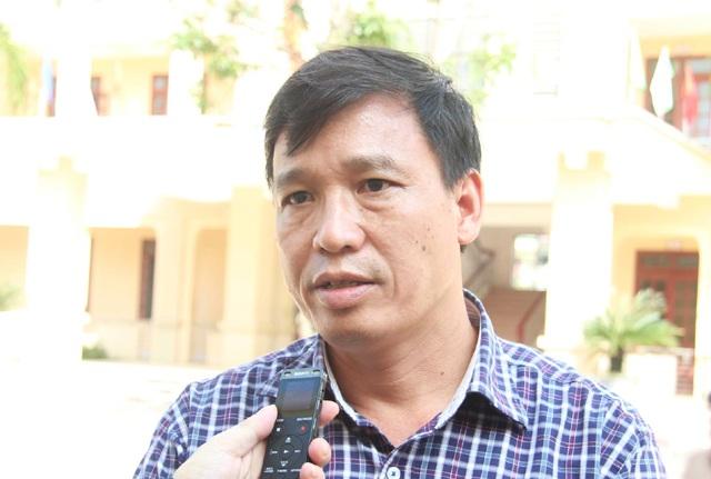Ông Phan Xuân Phàn - Hiệu trưởng Trường THPT Lê Viết Thuật trao đổi với phóng viên các báo sáng ngày 15/11.