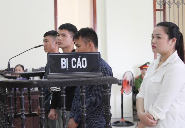 Trần Văn Cường (áo đen đứng giữa) cùng các bị cáo Trì, Đức và Linh tại phiên tòa.