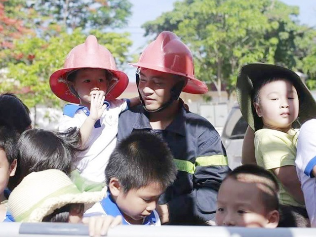 Hạ sỹ Nguyễn Kim Danh hướng dẫn các cháu mầm non trong một buổi sinh hoạt ngoại khóa tại đơn vị.