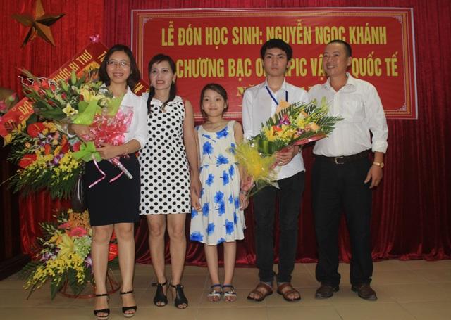Cô giáo Lê Thị Thơ An (ngoài cùng, bên trái) trong buổi đón cậu học trò Nguyễn Ngọc Khánh trở về từ cuộc thi Olympic Vật lý Quốc tế với tấm Huy chương Bạc.
