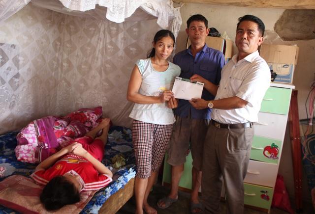 Ông Đinh Văn Dương - Chủ tịch UBND xã Phúc Thành (Yên Thành, Nghệ An) trao món quà của bạn đọc Báo Dân trí tới gia đình anh Nguyễn Văn Ngọc.