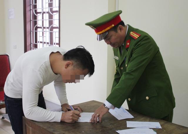 Phạm nhân nhận tiền đi đường trước khi rời Trại tạm giam Công an tỉnh Nghệ An.
