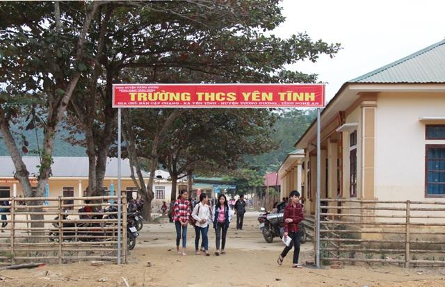 Một chiếc cổng tạm được dựng lên sau khi cơn lũ hồi tháng 9 tràn qua Trường THCS Yên Tĩnh (Tương Dương, Nghệ An).