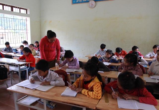 Một buổi học bù đuổi theo chương trình chung của cô trò lớp 6A, Trường THCS Yên Tĩnh.