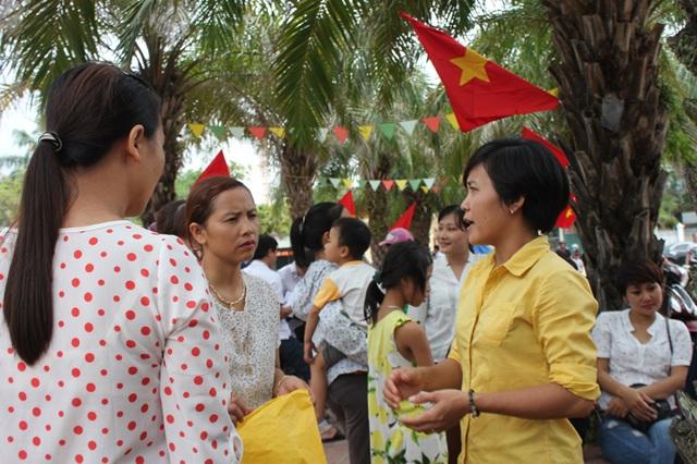 Phụ huynh Trường Tiểu học Nguyễn Trãi (TP Vinh) tập trung tại trường để kiến nghị dừng thực hiện mô hình VNEN.
