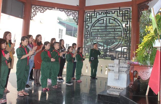 Các em học sinh dâng hương tưởng nhớ các anh hùng, liệt sỹ tại Nhà trưng bày hiện vật chiến tranh của Bảo tàng Quân Khu 4.