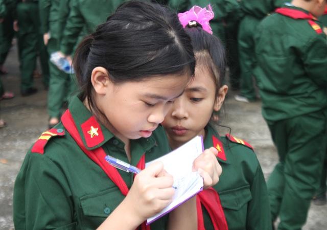 Nhiều bạn nhỏ ghi chép cẩn thận những thông tin thu lượm được từ buổi tham quan.