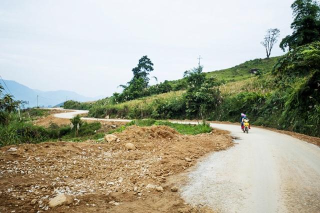 Con đường vào trung tâm xã biên giới Na Ngoi (Kỳ Sơn, Nghệ An) đang được nhựa hóa.