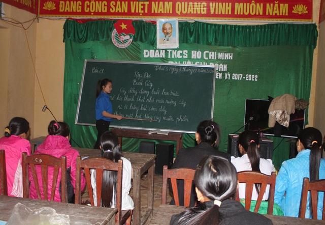 Cán bộ tình nguyện của Đoàn 4 dạy xóa mù chữ cho đồng bào xã Mường Ải (Kỳ Sơn, Nghệ An).
