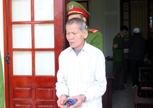 Nguyễn Văn Đào được dẫn ra xe về trại giam sau khi bình tĩnh nhặt hàm răng giả lắp vào miệng.