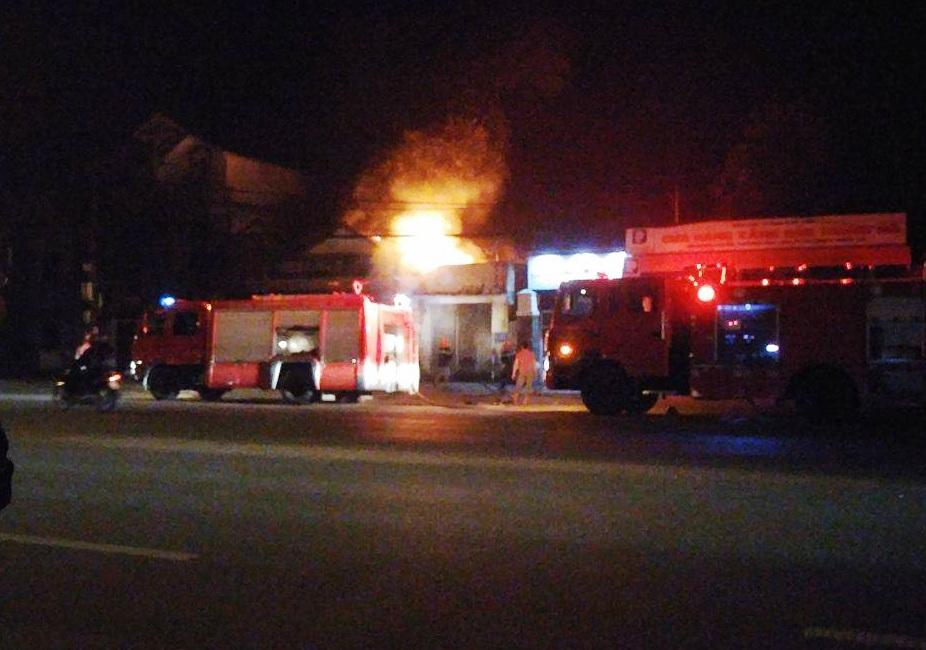 Đám cháy bùng phát dữ dội sát Cửa hàng xăng dầu Trung Đô.