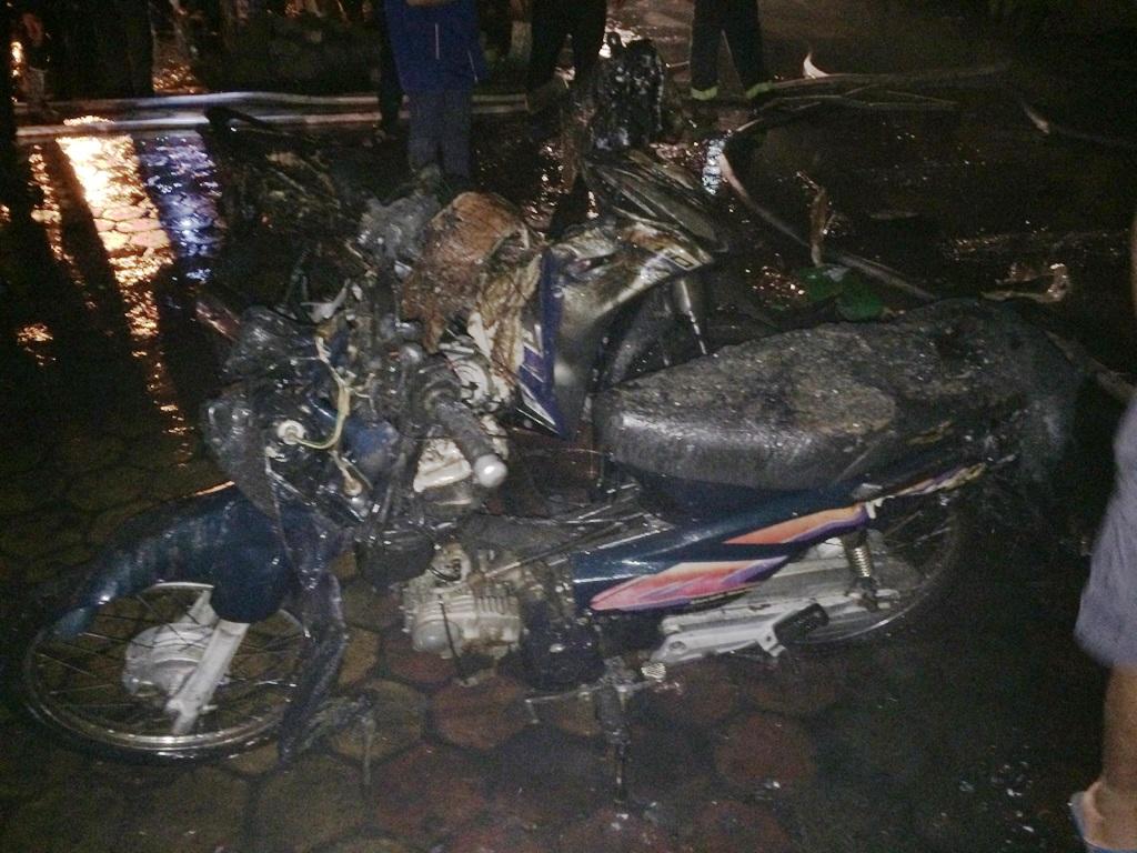 Nhiều xe máy trong cửa hàng bị biến dạng sau khi đám cháy được khống chế.