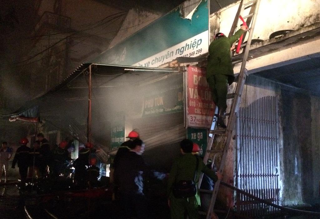 Trèo lên mái nhà, đục thủng mái để khói thoát ra ngoài.