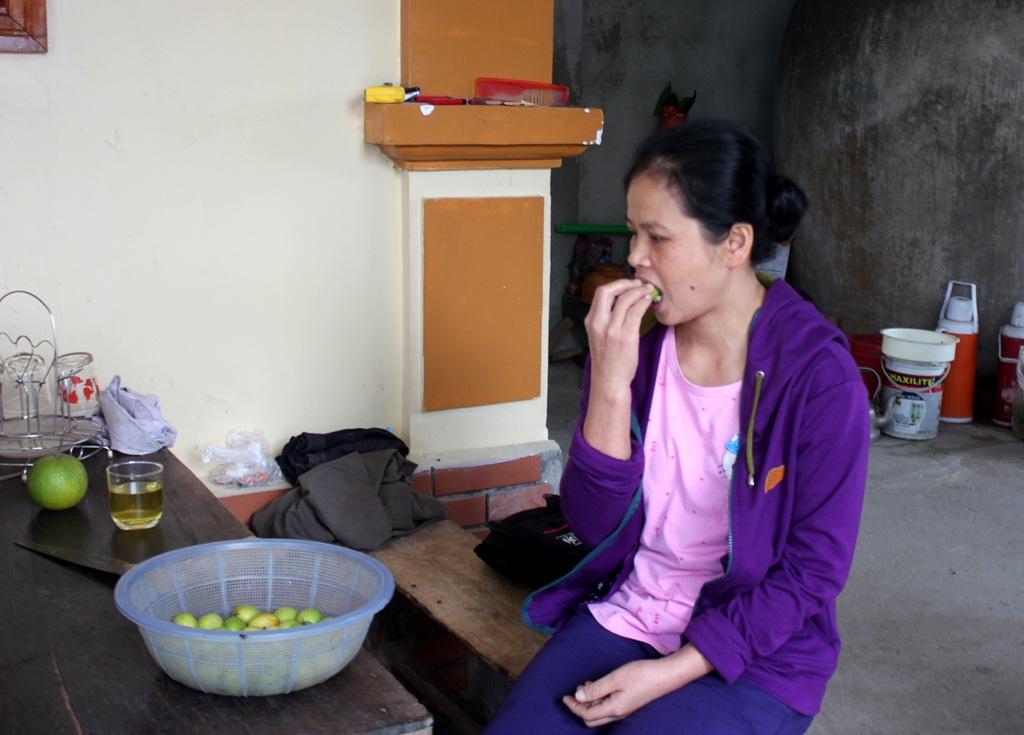 Khẩu phần hàng ngày của chị Thanh là những loại quả có vị chua như táo, khế, ổi.