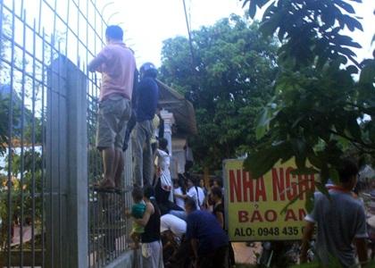 Người dân địa phương kéo đến xem công an khám nghiệm hiện trường
