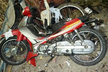 Cận cảnh chiếc xe máy bị kích mìn nổ tan xác. (Ảnh: Đoàn Tuynh)