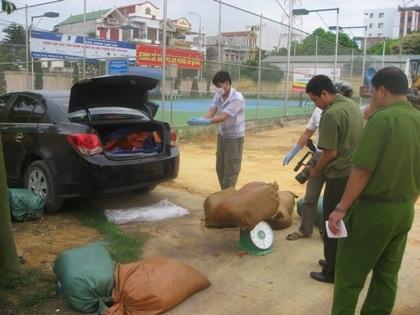 Một xế hộp chở nội tạng bẩn bị Công an TP Lạng Sơn bắt giữ.