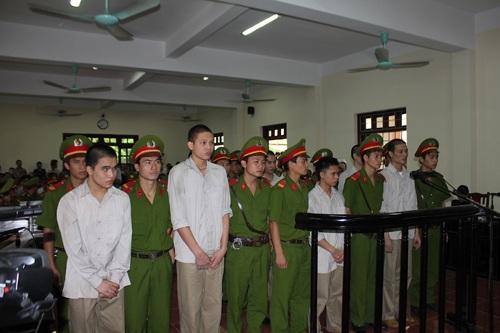 Các bị cáo tại ngày đầu tiên của phiên toà sơ thẩm vụ án  Giết người ngày 05/9.