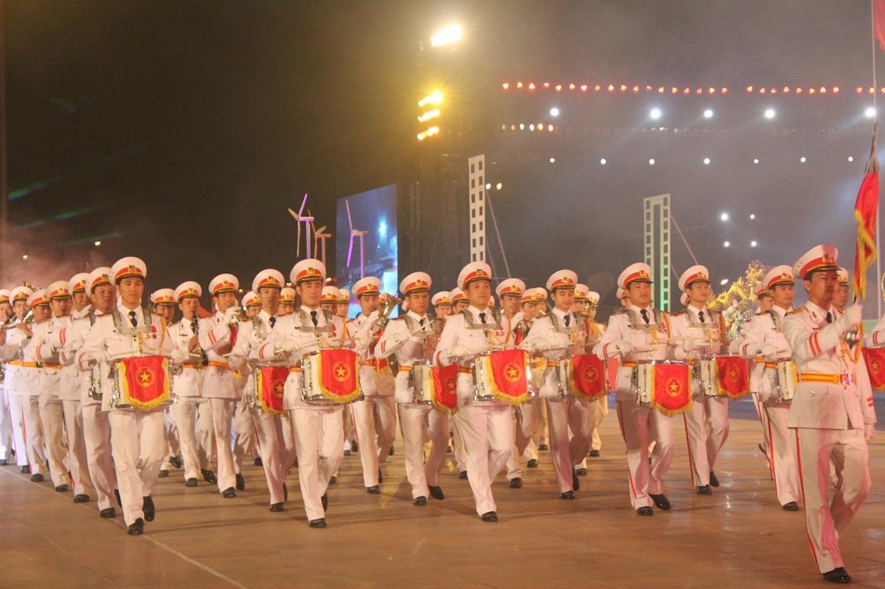 Đoàn diễu binh của ngành Công an nhân dịp kỷ niệm 50 thành lập tỉnh Quảng Ninh
