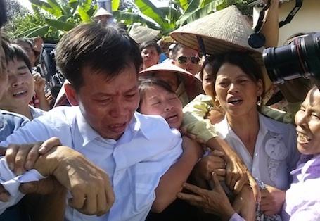 Vỡ oà ngày đoàn tụ củaông Nguyễn Thanh Chấn - người phải chịu án oanngồi tù hơn 10 năm