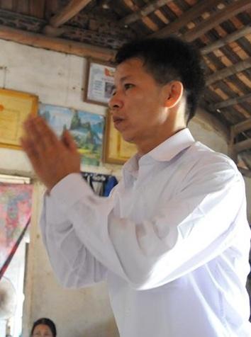 Ông Nguyễn Thanh Chấn thắp hương bái tạ người cha liệt sĩ ngay sau khi được trở về nhà