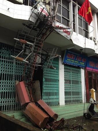 Cột ăng ten thu phát truyền thanh truyền hình TP Uông Bí bị bão Hải Yến đánh sập rạng sáng 11/11