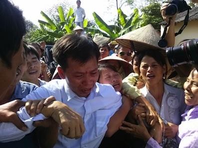Ông Nguyễn Thanh Chấn, áo trắng ngày được tạm dùng thi hành án tù chung thân sau 10 năm ở trong tù.