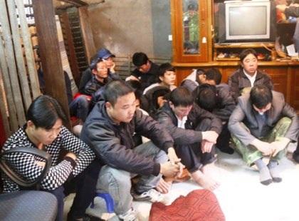 Hàng chục con bạc bị bắt giữ.