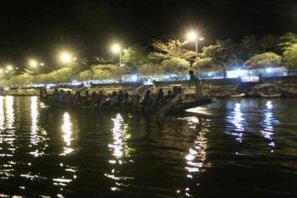 Hàng vạn du khách đổ về trẩy hội chùa Hương.