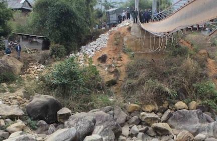 Vị trí con đường dưới lòng suối được gấp rút hoàn thành ngay sát chiếc cầu bị sập