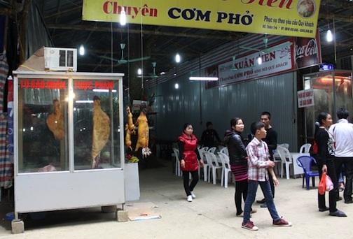 Các nhà hàng tại chùa Hương đều quảng cáo là có thịt thú rừng phục vụ thực khách.