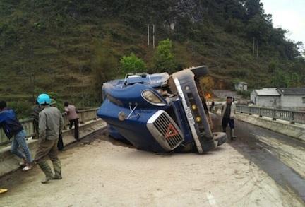 Đầu xe tải nằm chổng kềnh giữa đường quốc lộ sau tai nạn