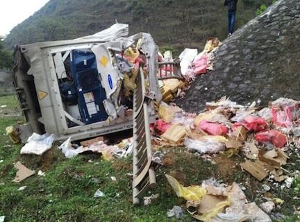 Thùng container bật văng khỏi xe rơi xuống bên dưới vệ đường quốc lộ