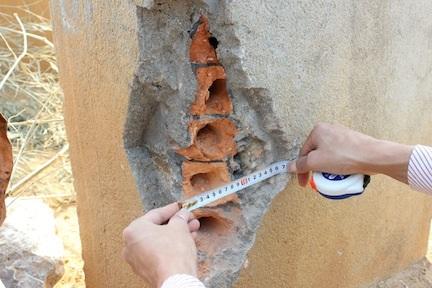 Trụ cầu treo Chu Va 6 được người dân địa phương phát hiện ốp gạch lỗ bên ngoài