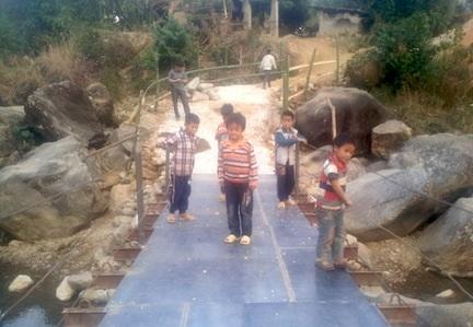Những học sinh, em nhỏ vùng cao vui mừng với sự nối thông hai bên bờ suối sau nhiều ngày bị cô lập