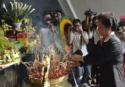Phó Chủ tịch nước dâng hương tưởng niệm các liệt sĩ Điện Biên