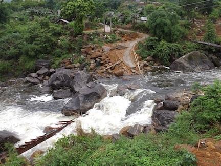 Hiện trường câu cầu tạm bắc qua suối vào bản Chu Va 6 bị nước lũ cuốn hỏng không thể đi lại được.