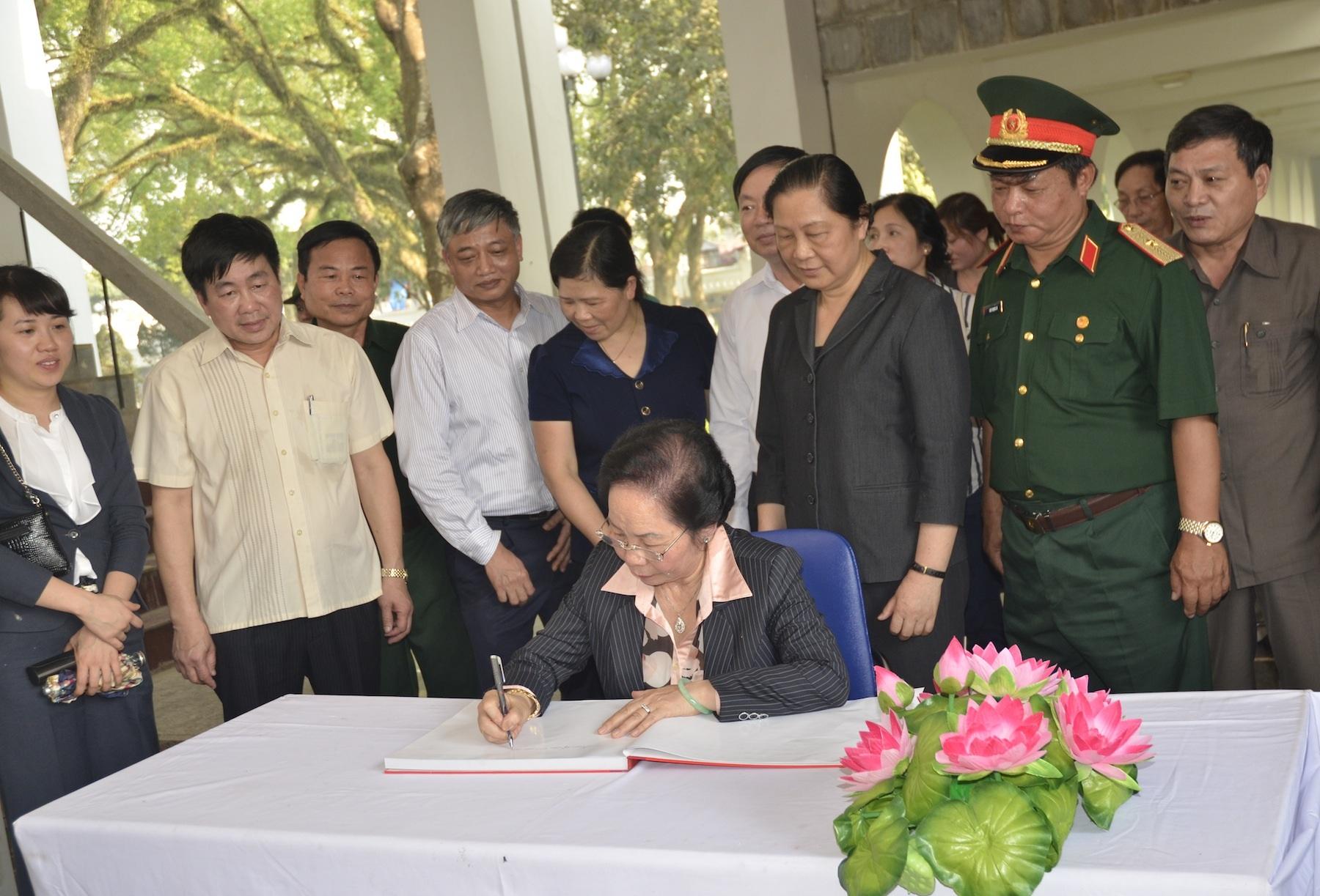 Phó Chủ tịch nước thắp hương trên mộ các chiến sĩ liệt sĩ Điện Biên năm xưa