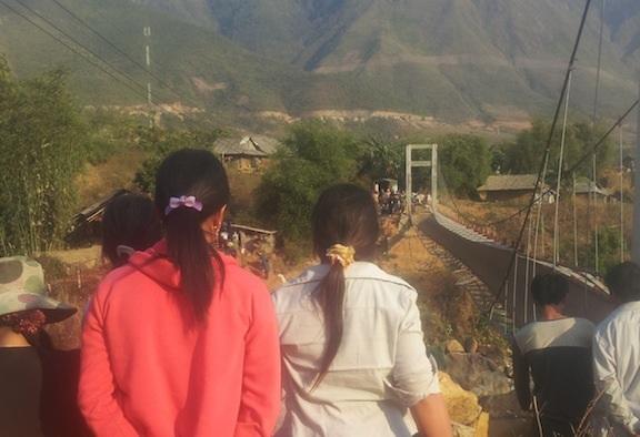 Sau vụ lật cầu treo Chu Va 6,người dân Chu Va lại bị cô lập vì cầu tạm bị lũ cuốn