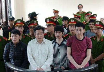 Bị cáo Nguyễn Văn Hoàn (áo đỏ tím) bị tuyên án tử hình tại phiên tòa sơ thẩm.