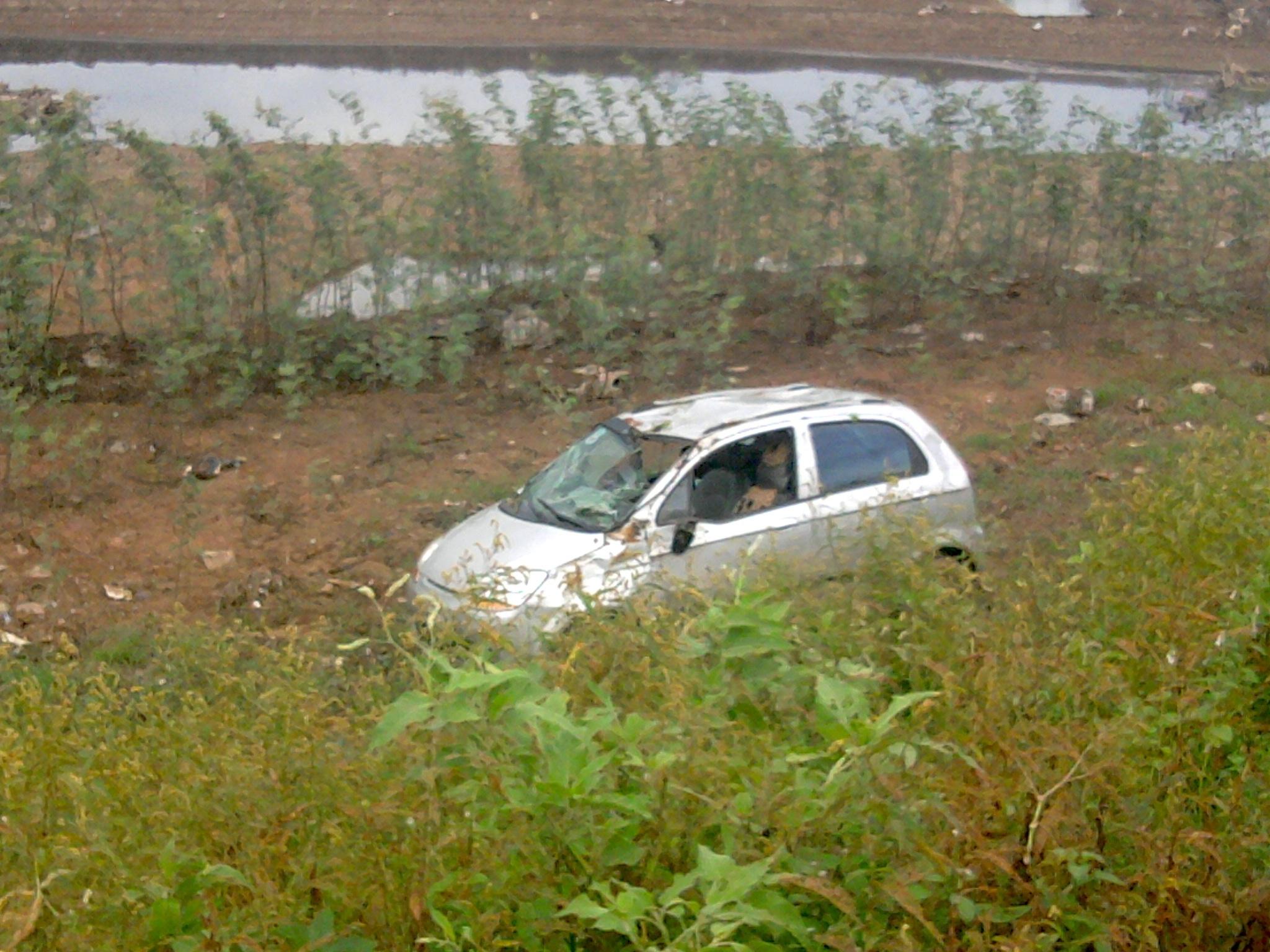 Chiếc ô tô mất lái lao từ đê có độ cao 5m so với mép sông cạn