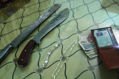 Hung khí gây án cùng tang vật trong các vụ cướp.