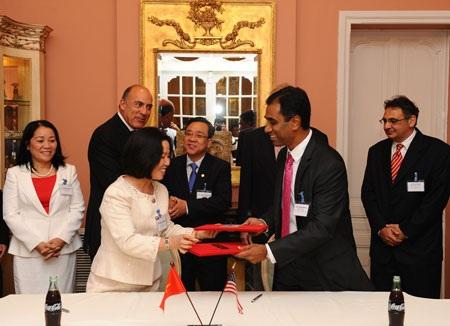 Đại diện Coca-Cola Việt Nam và đại diện Saigon Co-op ký kết biên bản ghi nhớ hợp tác kinh doanh