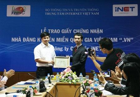 Đại diện VNNIC trao giấy chứng nhận nhà đăng ký tên miền .vn cho iNet