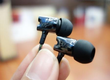 : Lớp vỏ ngoài của tai nghe được làm bằng gốm có lớp vỏ bóng bẩy