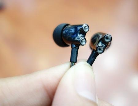 Hai lỗ thoát khí của tai nghe tạo nên sự đặc trưng cho sản phẩm